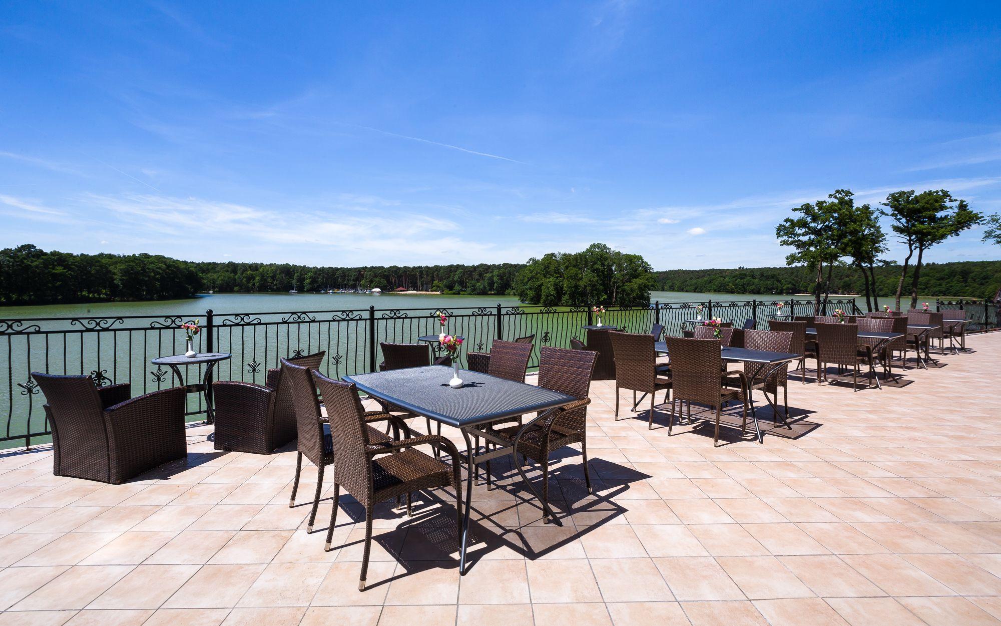 Restauracja z widokiem na jezioro