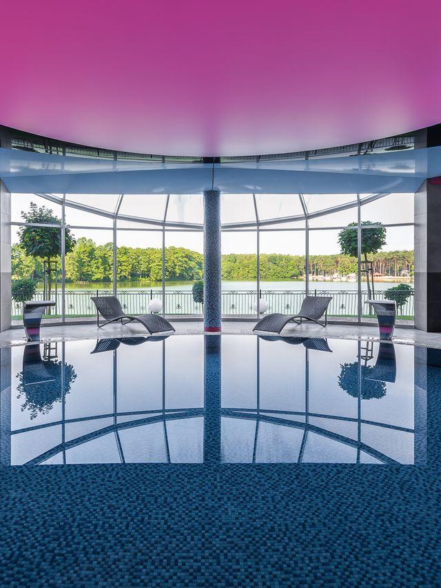 Kameralny basen z nastrojowym oświetleniem